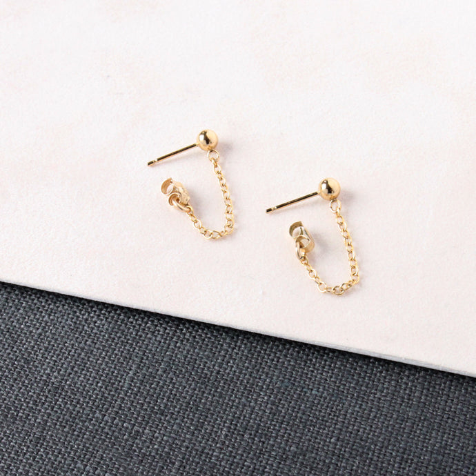 Small chain hanging earring made with recycled gold. Sustainable and modern earring.