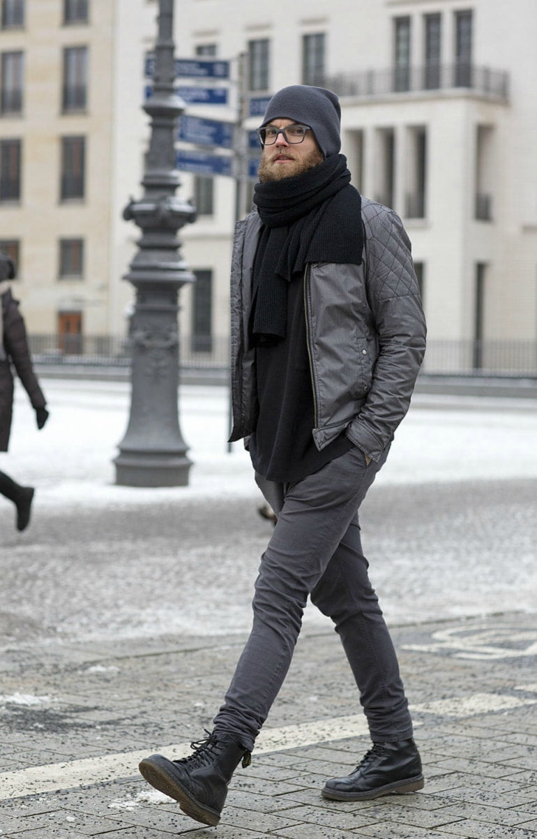 man wearing grey jeans mens street style -min