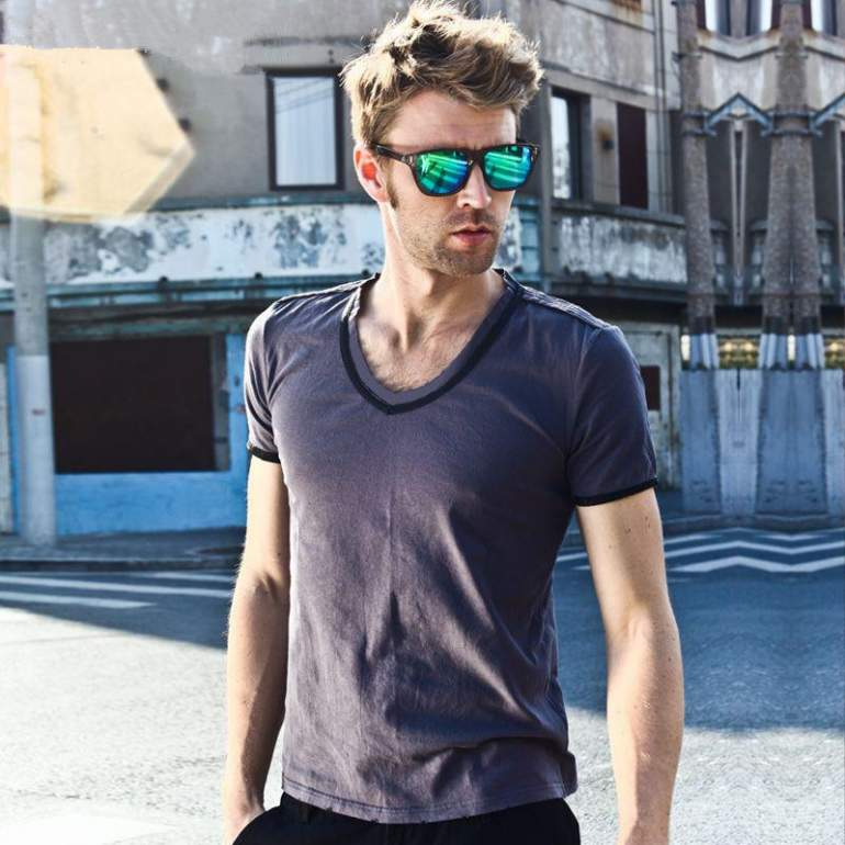 grey t-shirt ray-ban sunglasses mens street style