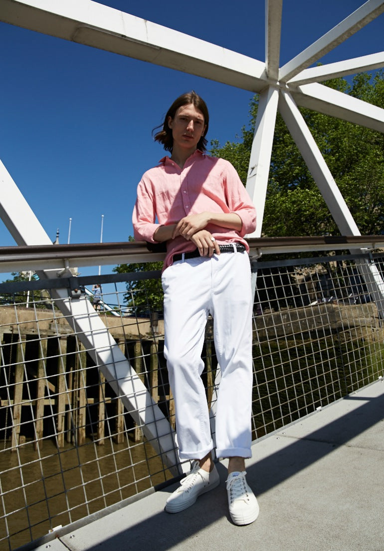 pink linen shirt white chinos white trainers mens street style