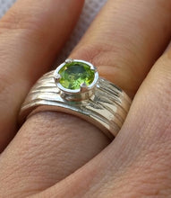 Load image into Gallery viewer, Peridot Silver Ring
