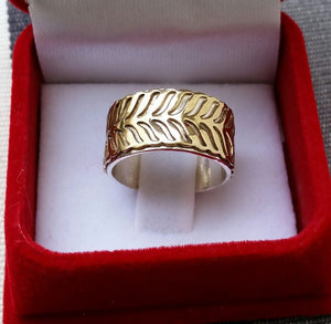 silver and gold wedding ring