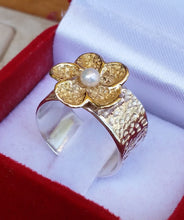 Load image into Gallery viewer, silver and gold flower ring
