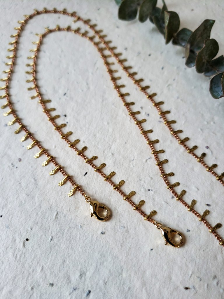Dainty mask chain with dangles