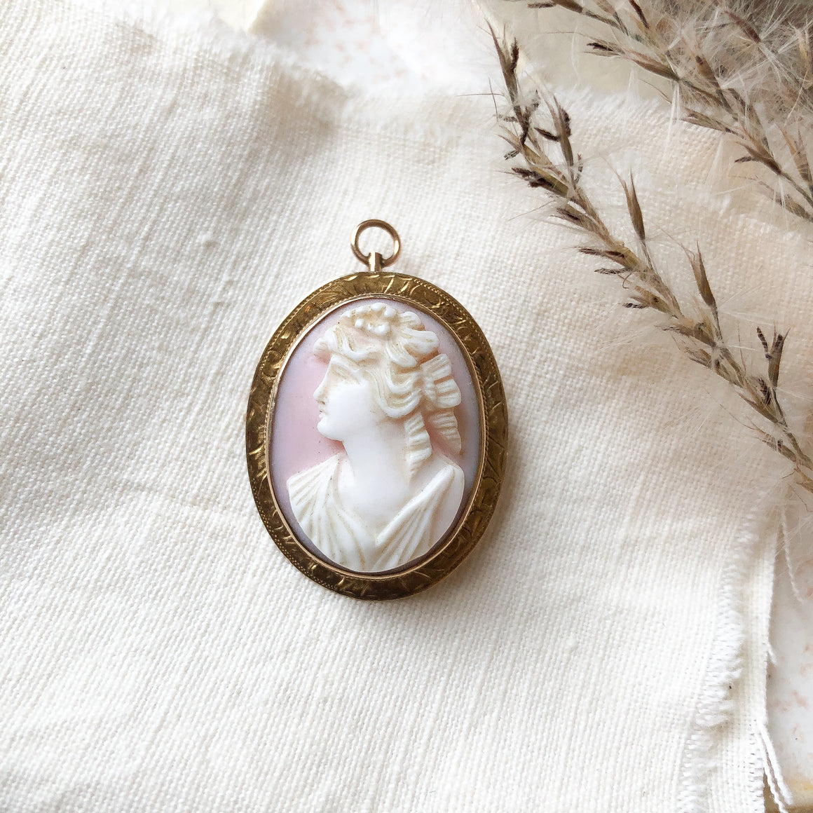 14k Shell cameo pin