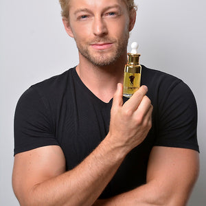 Fabio Grangeon, Ambassador for Alvi Beauty Care, holding a bottle of Arganne 100% Pure Argan Oil, 阿甘倪 100% 纯正阿甘油 (Seawave 礼盒装)