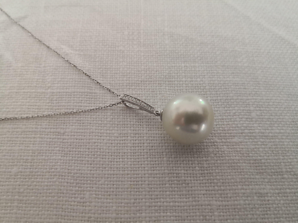 13 mm White South Sea Pearl, Pendant Necklace, Diamonds , 18 Karats Gold W