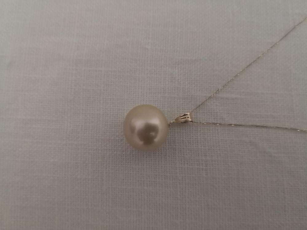 Load image into Gallery viewer, 16 mm Golden Color South Sea Pearl Pendant 18 Karat Gold