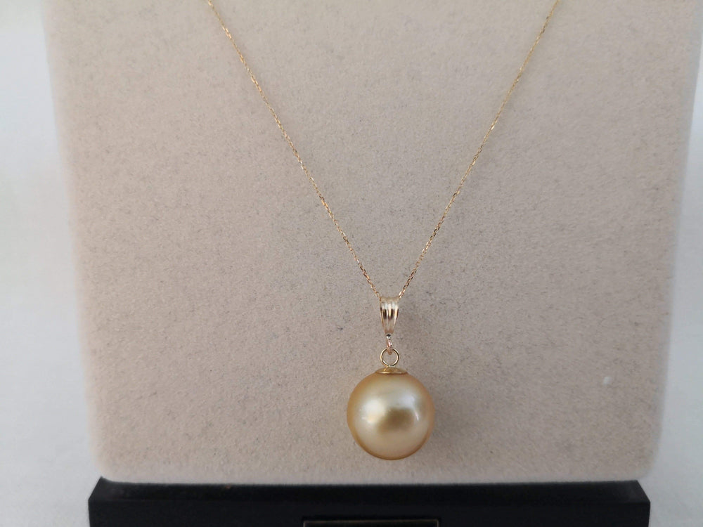 Deep Golden Color South Sea Pearl 13 mm Round, Pendant 18 Karats Gold