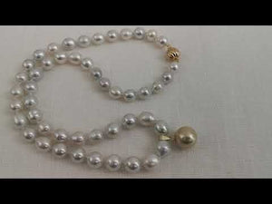 Load and play video in Gallery viewer, South Sea Pearls Necklace & Golden Round Pendant 13,80 mm