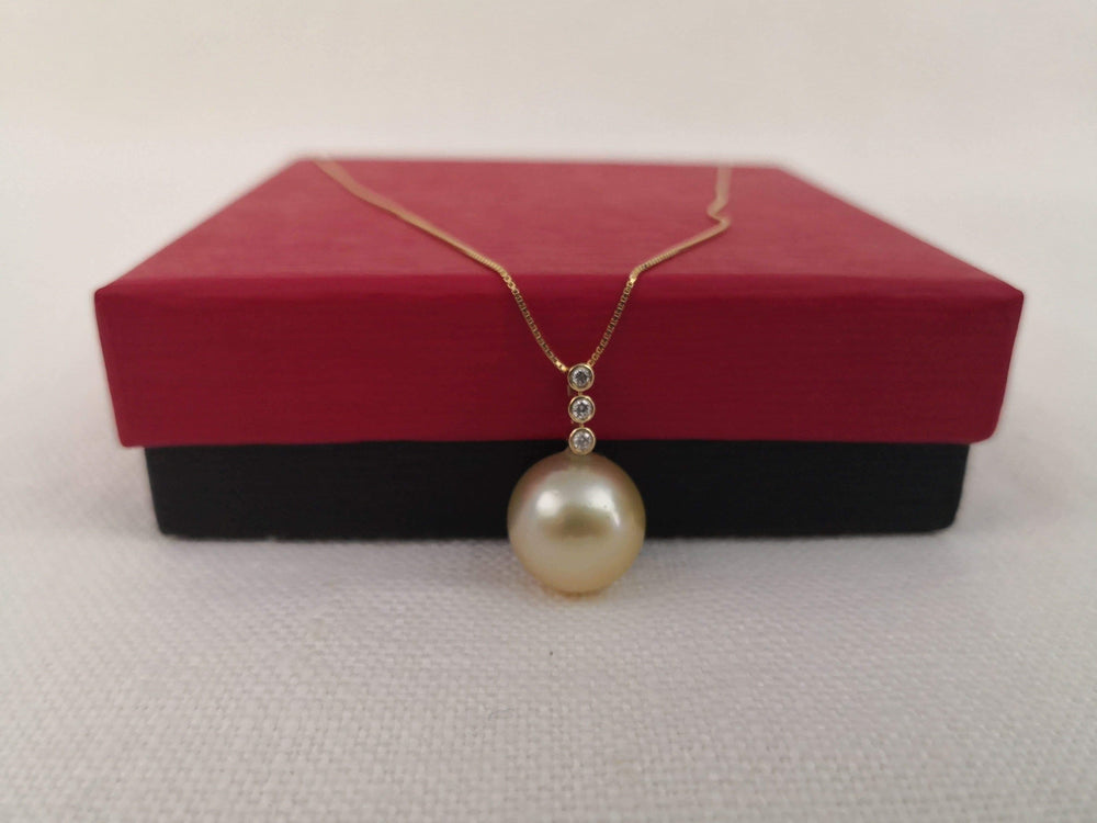 Pendant Necklace South Sea Pearl 12.80 mm, Diamonds and 18 Karat Gold PENDANTS The South Sea Pearl