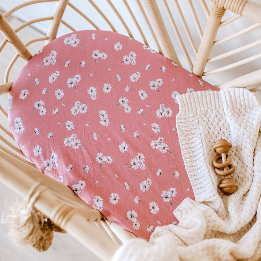 US stockist of Snuggle Hunny Kid's Daisy stretch cotton jersey bassinet sheet. Dusky pink color with white daisy print which can also be used as a changing mat cover.