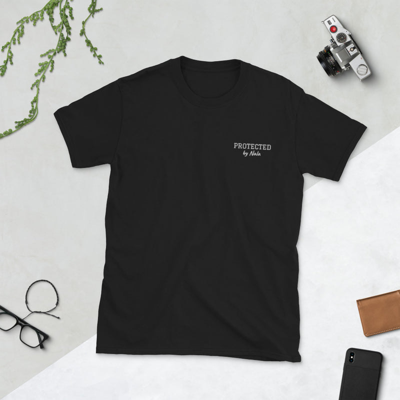 """Protected by"" + Hundename: Personalisierbares T-Shirt mit Stickerei - wauwau-wow.com"