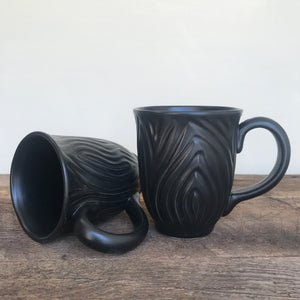 BLACK MUG IN WOOD GRAIN - 15 OUNCES