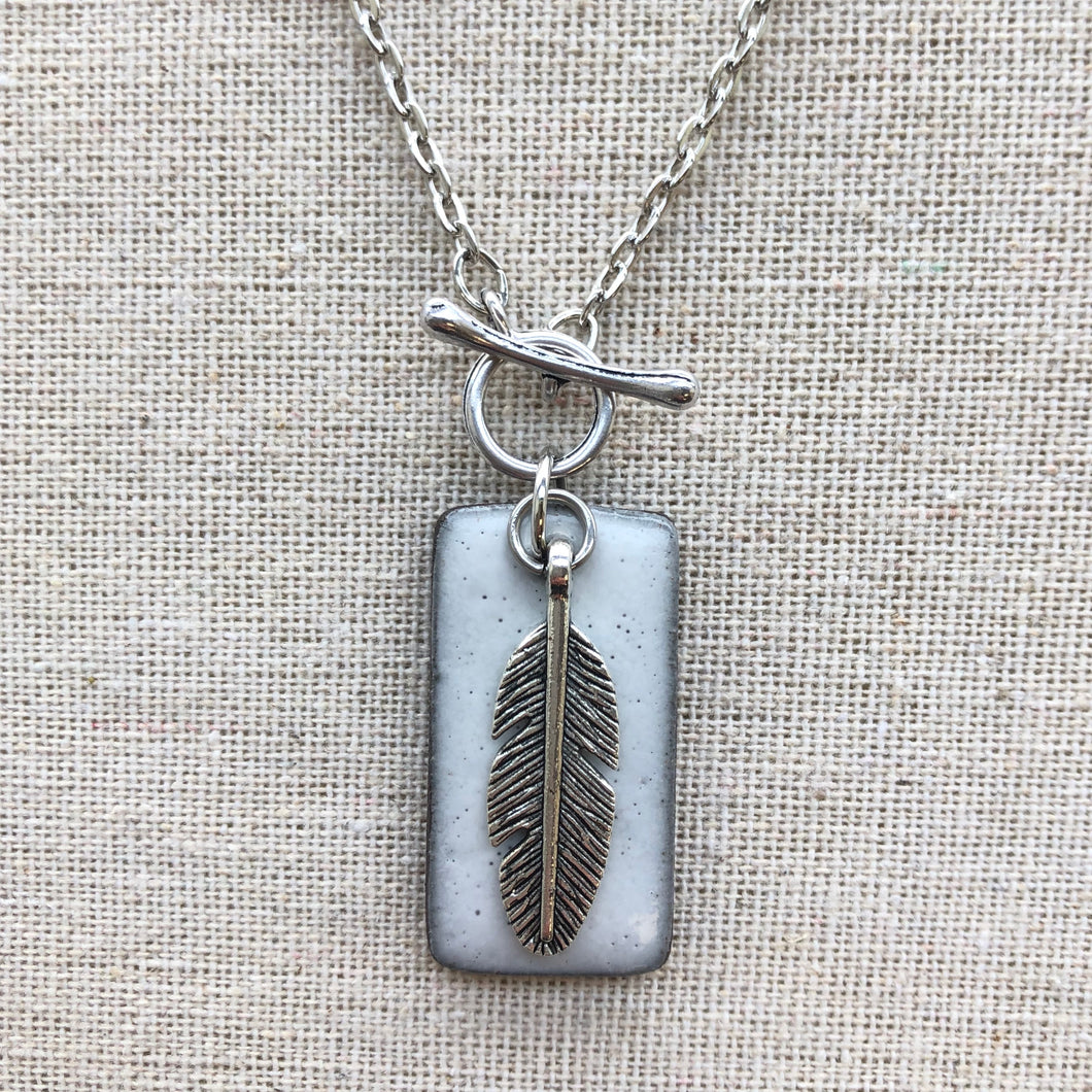CHARM NECKLACE WITH FEATHER IN WHITE