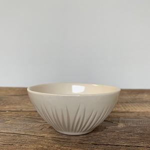 IVORY SMALL EVERYDAY BOWLS IN GRASS