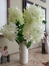 Load image into Gallery viewer, IVORY TINA VASE IN WAVE