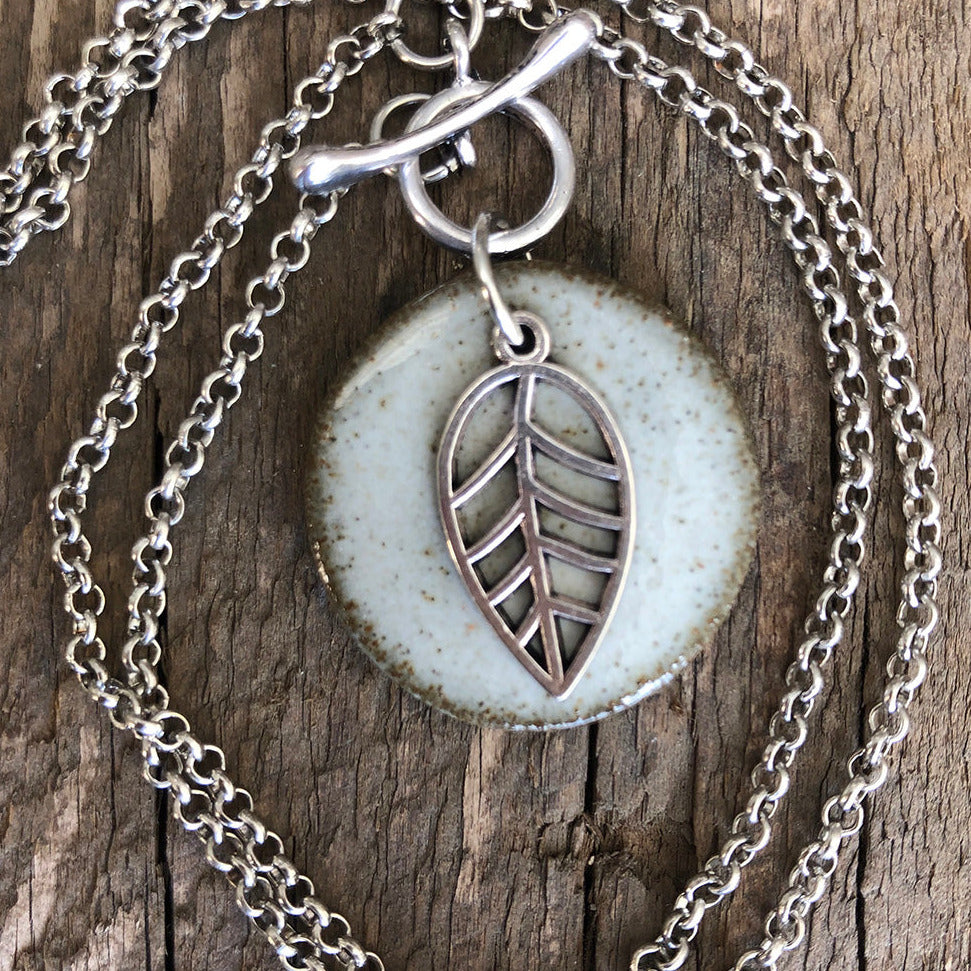 CHARM NECKLACE IN WHITE WITH LEAF