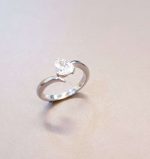 Delicated Heart Shaped Scintilli Ring