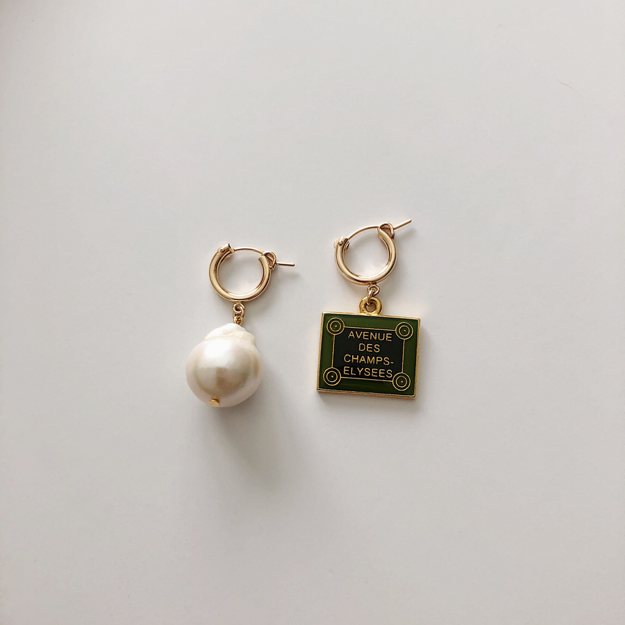 VINTAGE AVENUE DES CHAMPS ELYSEES PEARL EARRING