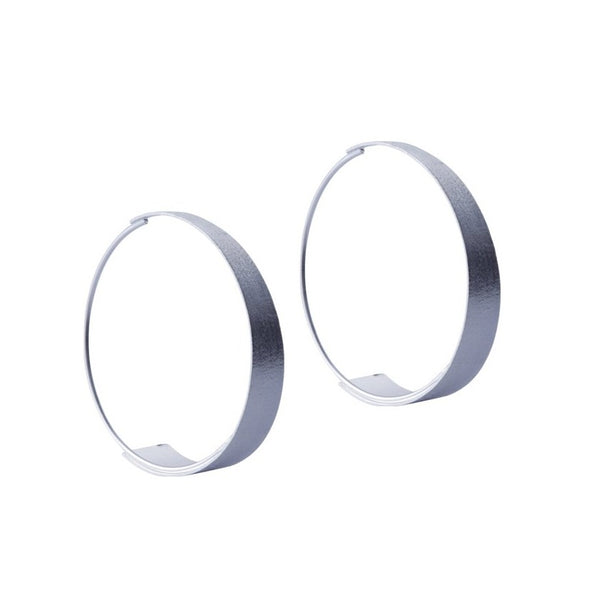 Fresh and minimalist large hoop earrings Brianne by Keep it Peachy now online on Cuemars
