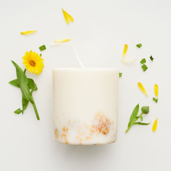 Flat lay picture of the Marigold Flowers handmade vegan soy wax candle by Munio Candela available now at Cuemars.com
