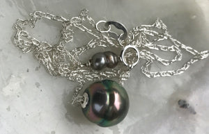 Circled pink and green Tahitian pearl floating slider necklace
