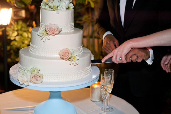 how to cut a round wedding cake how not to cut your wedding cake s stands 15622