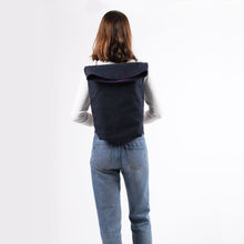Carregar imagem no visualizador da galeria, Girl in jeans with backpack in blue hemp canvas with off white rope strap