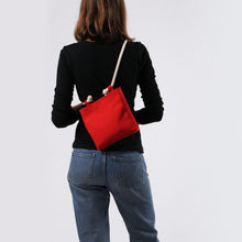 Carregar imagem no visualizador da galeria, Girl in jeans with crossbody in red hemp canvas with off white rope strap