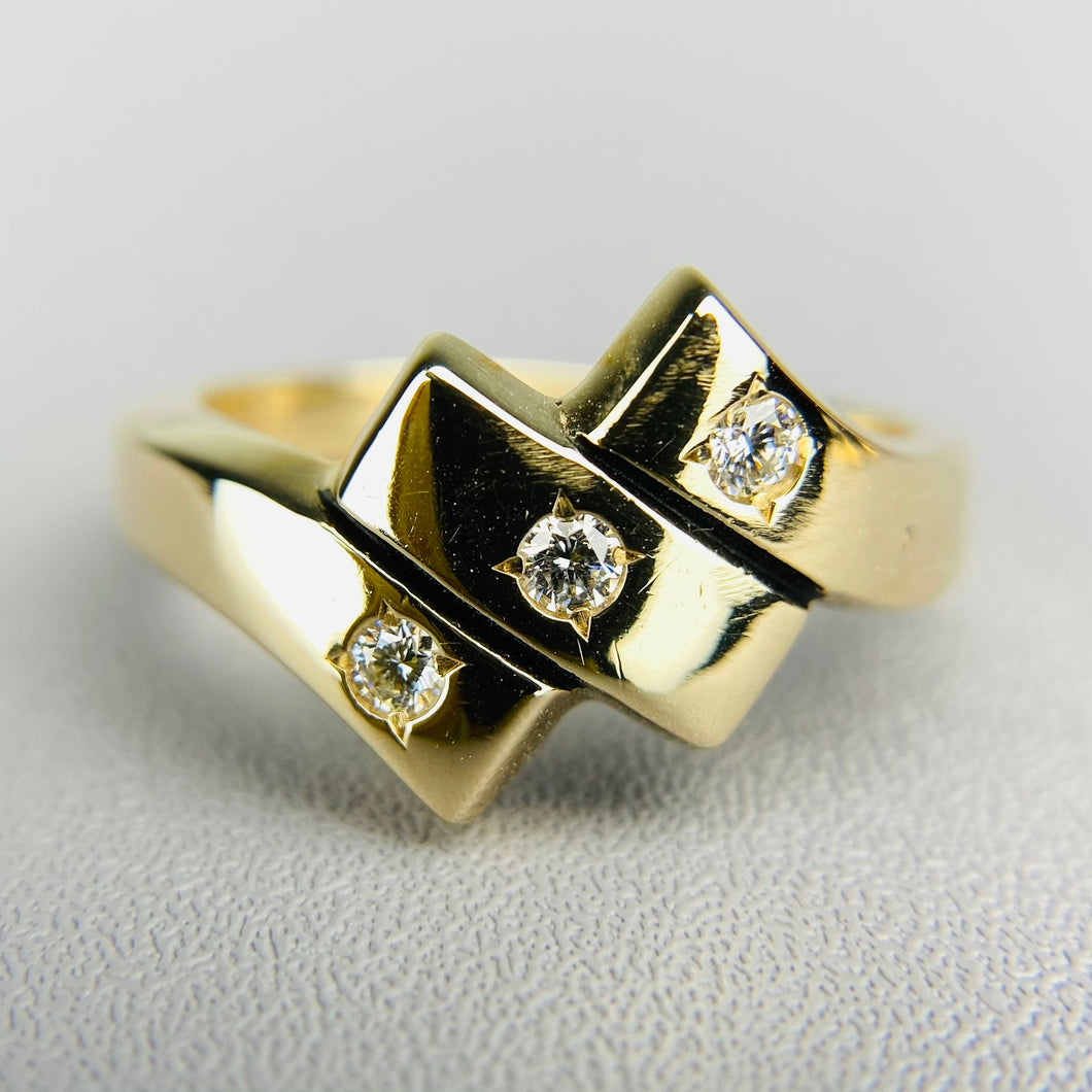 Heavy Diamond ring in yellow gold