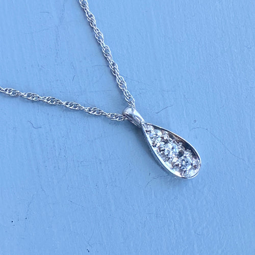 Diamond pear shaped vintage necklace in white gold