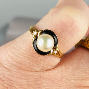 Pearl and onyx ring in 14k yellow gold