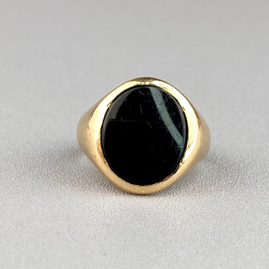 Classic onyx ring in yellow gold