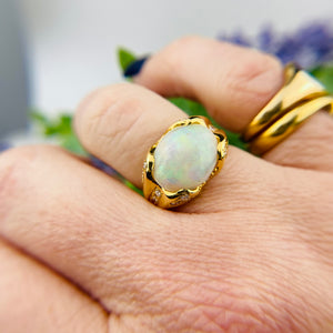 Stunning Opal ring in 18k yellow gold