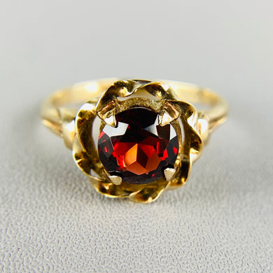 Vintage garnet ring in yellow gold