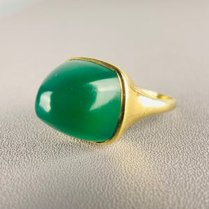 Sugarloaf green onyx vintage ring in 14k yellow gold