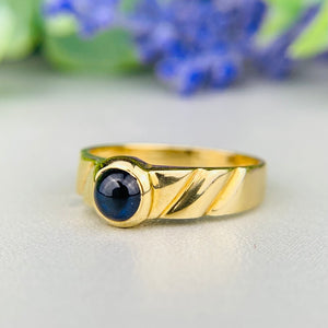 Sapphire cabochon ring in 18k yellow gold