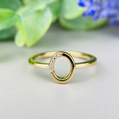 Diamond oval ring in yellow gold