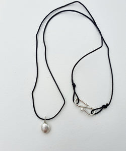 Pearl necklace in silver and nylon thread