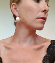 Load image into Gallery viewer, Bold-kurvet øresmykke i sølv // Bold earrings (curved) in silver