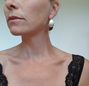 Bold-kurvet øresmykke i sølv // Bold earrings (curved) in silver