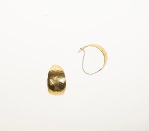 Bold-kurvet øresmykke i messing // Bold earrings (curved style) in brass