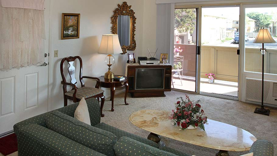 Jamboree's Emerald Cove Huntington Beach senior resident living room