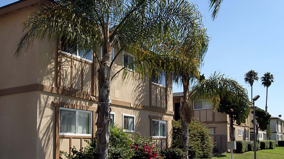 Jamboree's Oakview in Huntington Beach, CA affordable apartment homes