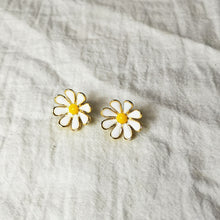 Load image into Gallery viewer, Daisy design stud earrings