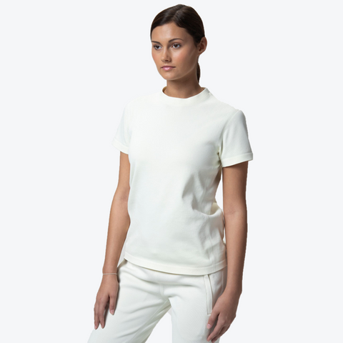 "{""caption"":""Model is 5'8\"", Size Small"",""color"":""Floss White"",""alt"":""Women's SYNCHKNIT Capture Short Sleeve T-Shirt worn on model from the front in floss white""}"