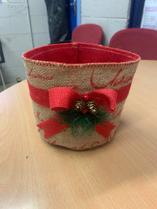 Oasis Winter Berry Hessian Round Container With Liner