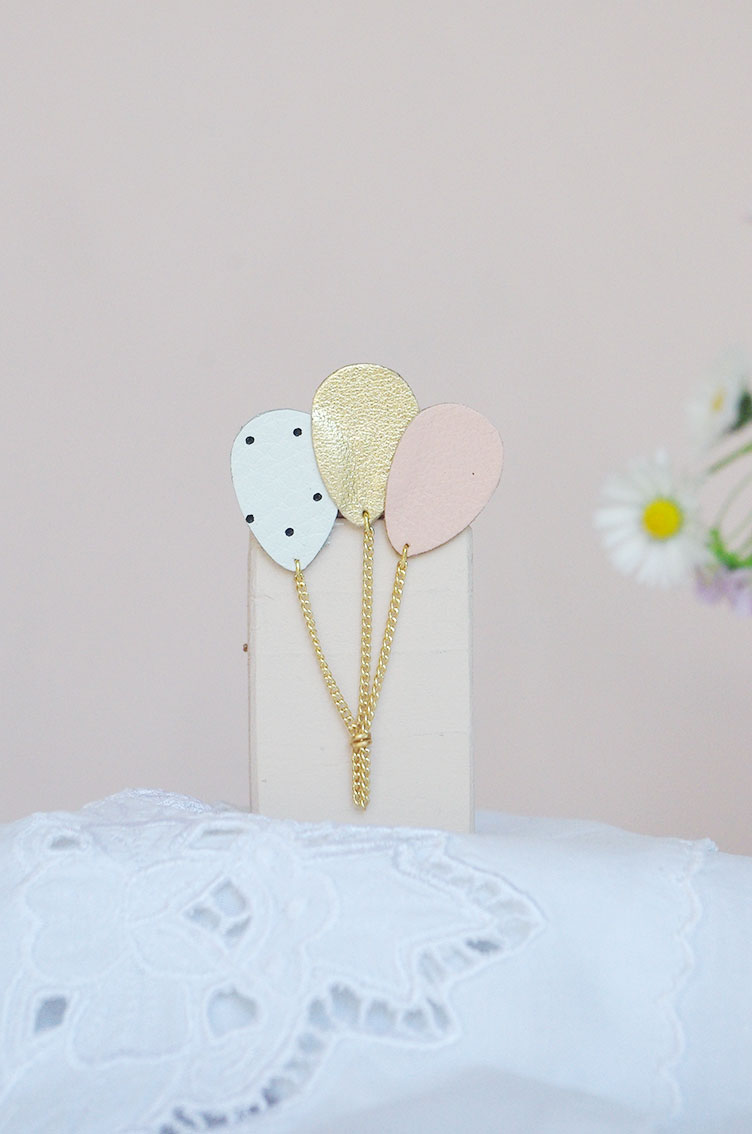 L'authentique broche ballon en cuir rose et doré