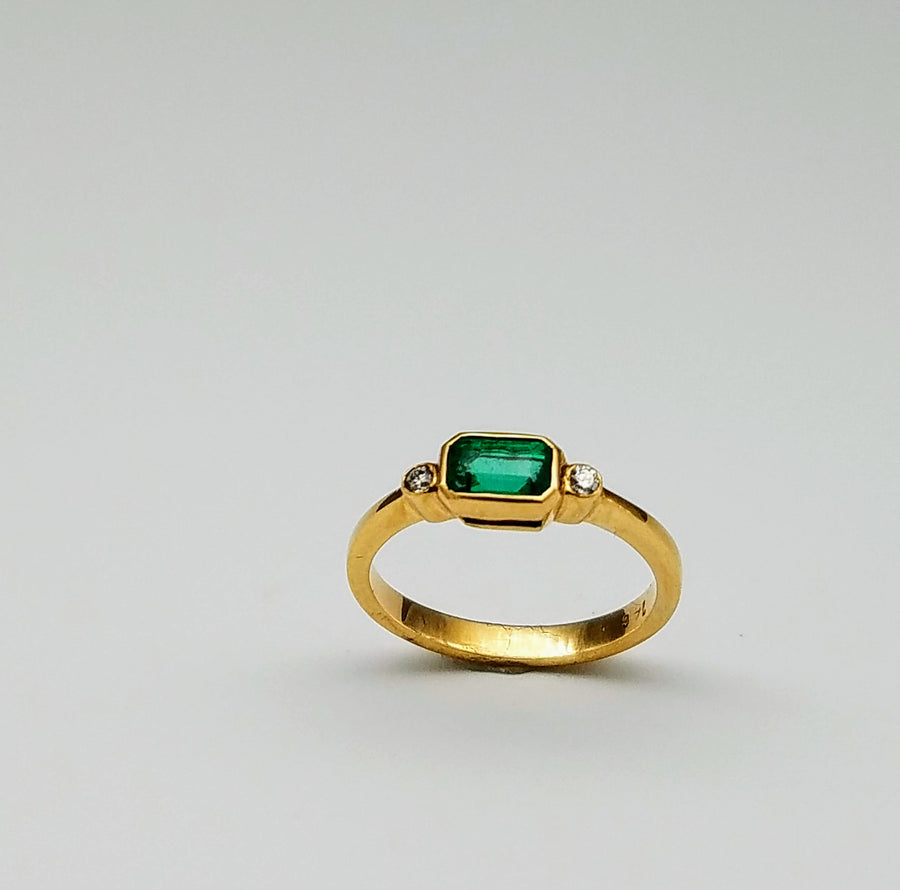 EMERALD DIAMONDS GOLD RING